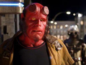 Ron Perlman nei panni di Hellboy